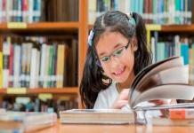 """LA PANDEMIA DE LA LECTOESCRITURA Un informe de la UNESCO, expuso que 100 millones de niños y niñas no aprendieron a leer cuando debían, esto debido al cierre de escuelas producto de la pandemia. De esta manera, los alumnos sin estas nociones pasaron, en 2020, de 483 millones a 584 millones. Asimismo, añaden que hasta antes de la pandemia, el número de niños y niñas que carecían de competencias básicas de lectura se encontraba en una curva descendente y se esperaba que pasara de 483 millones a 460 millones en 2020. Sin embargo, la cifra se disparó aumentando en más de 20% y anulando los avances logrados en las dos últimas décadas gracias a los esfuerzos educativos. En Chile, en un año normal sin pandemia, solo el 40% de los estudiantes que pasa a 2º básico sabe leer y escribir, escenario que no mejora hasta 4 básico y que se agudizó dado al contexto sanitario. El reciente Reporte de Impacto 2020 del Programa Alfadeca, arrojó que el 58% de los alumnos de 1º básico que trabajaron con esta herramienta, terminaron leyendo. Por otra parte, el 66% de los estudiantes de 2º básico finalizaron el año escolar comprendiendo lo que leen y 59% de niñas y niños lograron terminar el año escribiendo textos para transmitir sus ideas con claridad. Hicimos los esfuerzos necesarios llevando todos los contenidos a un formato multiplataforma, incluyendo la adaptación televisiva del programa creando """"AlfadecaTV"""" llegando a una audiencia de mil niños y niñas diarios entre 4 y 12 años en el canal TV Educa Chile. Fueron más de mil niños y niñas de primero básico y doscientos de segundo básico en escuelas públicas de diversos contextos, que en su mayoría avanzó en su proceso lector, demostrando que se pueden lograr cambios radicales, aunque los desafíos de aprendizajes de calidad son mucho más altos en el contexto de pandemia. Ricardo H.C. Evangelista, director ejecutivo de la Fundación Sara Raier de Rassmuss."""