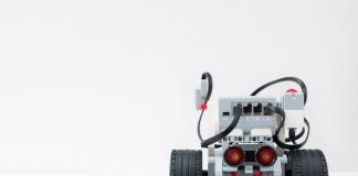 """Robotic Fest impartirá MasterClass gratuitas para conocer la aplicación de la robótica en nuestra vida diaria ● Fundación País Digital, junto al Ministerio de Educación, ofrecerán seis nuevas MasterClass gratuitas entre abril y mayo con el objetivo de visibilizar las aristas y campos de acción que tiene la robótica en nuestras vidas. Santiago, abril de 2021. Con la misión de acercar la robótica educativa a los estudiantes del país, el Ministerio de Educación (MINEDUC) y Fundación País Digital (FPD), lanzarán un nuevo ciclo de Robotic Fest 2021: """"Acercando la robótica a la Era Digital"""", que ofrecerá seis clases en vivo, para potenciar el aprendizaje de la robótica educativa en jóvenes, por medio de la enseñanza de habilidades digitales y poder evidenciar todos los escenarios posibles de acción de esta materia. Robotic Fest es una iniciativa que tiene como objetivo fomentar la robótica en estudiantes que estén cursando de 7° básico a 4°medio en establecimientos educacionales, a través de la enseñanza de diversas habilidades digitales y de programación, para posicionar y visibilizar estas materias en la educación de los jóvenes de Chile. Las seis MasterClass se desarrollarán virtualmente y abordarán diferentes temáticas en torno a las áreas de aplicación de la robótica educativa en Chile. Las charlas serán impartidas por diversos expertos en tecnología y robótica, como INACAP, Oracle, Metro de Santiago y Proyección de Ideas y estarán disponibles para todo público. Este mes, las clases se llevarán a cabo los días 13, 20 y 27 de abril, mientras que en mayo se realizarán los días 4, 11 y 18 del mes. Los interesados deben inscribirse a través del sitio www.roboticfest.cl. """"El foco de las MasterClass es visibilizar los diversos campos de la robótica para fomentar que más jóvenes de entre 12 y 18 años participen de diversas instancias, además de invitarlos a generar curiosidad y replantearse la idea de que la robótica no solo contempla visualmente a un humanoide o un robot, """