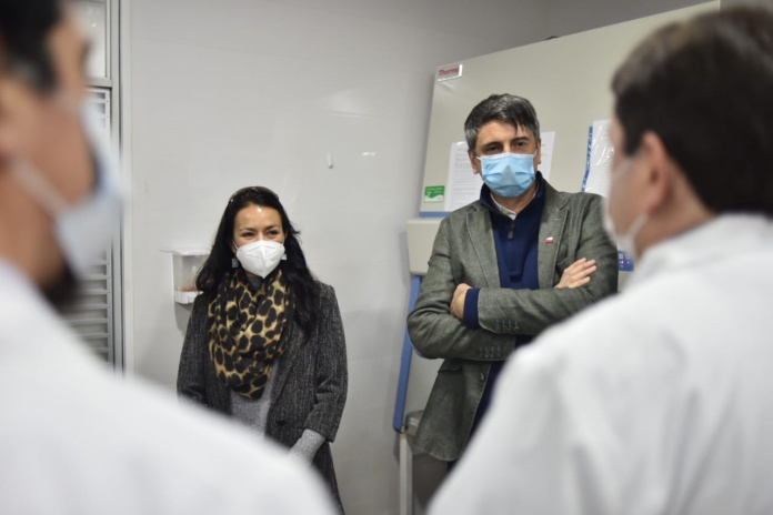 Ministro de Ciencia visita laboratorio de la UDA que apoyará el seguimiento de variantes del Coronavirus El ministro Andrés Couve junto a la Seremi de Ciencia de la Macrozona Norte, Daniela Barría, visitaron el Laboratorio de Biología Molecular de la Universidad de Atacama que ha sido apoyado por el ministerio y contará con la asesoría de los Centros para el Control y la Prevención de Enfermedades (CDC) de Estados Unidos para sumarse a la red universitaria de secuenciación genómica.