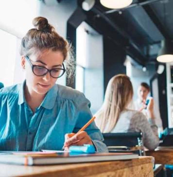 """Casi la mitad de los profesionales afirman que el """"trabajo híbrido"""" no está alineado con sus objetivos"""