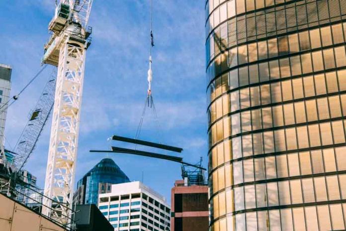 ¿Cómo la tecnología ayuda a reducir los costos en la construcción?